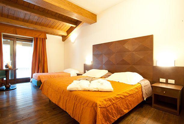 """L'Hotel delle Terme Santa Agnese, ha novantasei camere suddivise in cinque tipologie: """"Comfort"""", """"Più"""", """"Superior"""", """"Gold"""" e """"Special"""", salette relax e lettura, area gioco bimbi, saletta per meeting e congressi e sala fitness.  Camera gold."""