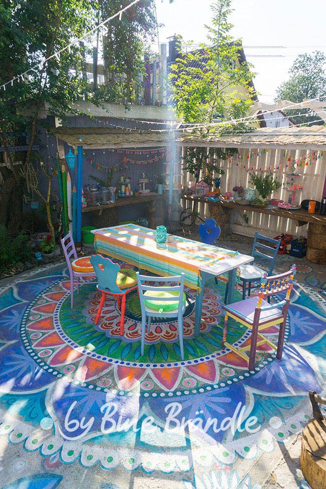Bunte Sitzecke Mit Riesen Mandala Auf Beton Boden Und Einem Tresen Mit Karibik Deko Bine Brandle Diy Do It Y Betonfarbe Vorgarten Dekorieren Bemalte Hauser