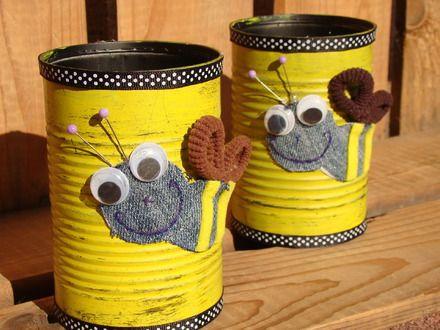 """Ce contenant est en fait une boîte de conserve recyclée. Avec sa décoration """"thème abeille"""" vous pourrez l'utiliser comme pot de crayon dans votre bureau ou l'offrir à un pas - 17929768"""