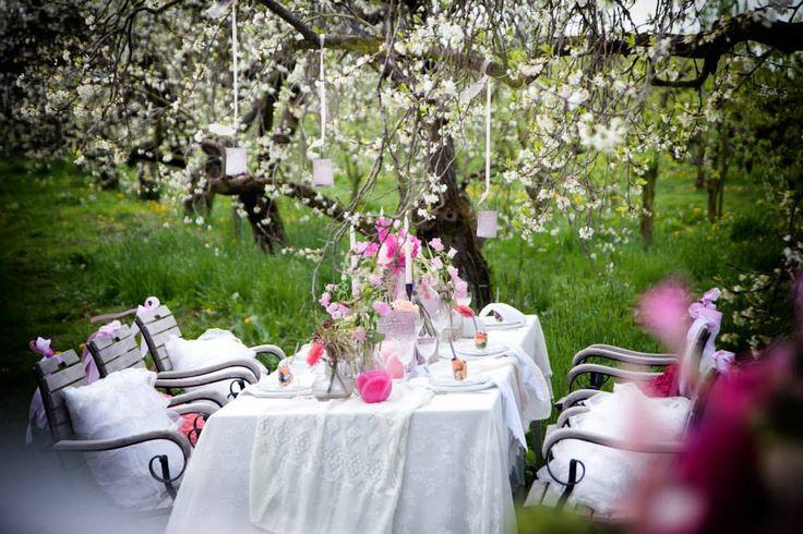Romantisch buiten trouwen, en mocht het weer toch minder zijn dan zet Bazuijnen Partyservice er wel een tent overheen.