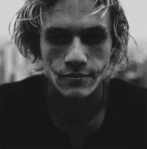 Heath Ledger en proceso de maquillaje para personificar al guason #legendaria #actuacion