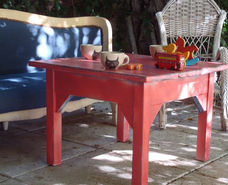 pequeña mesa baja de campo. llegó en celeste, la restauramos le dimos un azul intenso, luego un rojo claro y la desgastamos.