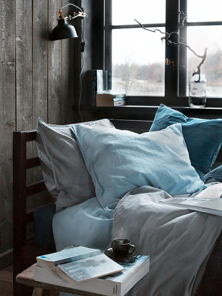 Den nya dagbädden TARVA i furu får en stilsäker tyngd betsad i en varm mörkbrun nyans. Hörngaveln ramar in sovplatsen och blir stöd för kuddar när du vill använda bädden som soffa.
