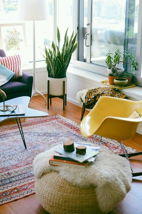 Decorology. eclectic living room Lovely indoor plant. Loving everything about this bright little sitting room