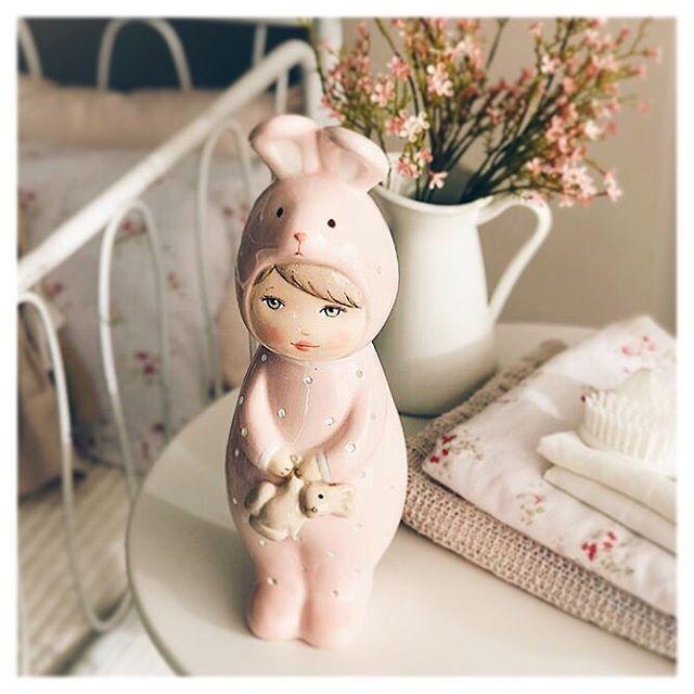 Towards another room goes our little friend dressed in pink. We hope that the new arrival and her mother like it as much as we do!  Hacia otra habitación nuestra amiguita va vestida de rosa esperamos que a la recién llegada ya su madre les guste tanto como a nosotros!  visit our shop www.patricialarrosa.com  #35semanas #babycrib #babynursery #babyroom #babyroomdesign #barnerom #barnerum #barnlampa #barnrum #bebeencamino #cozy #deco #inspo #interiorstyling #kidsdecor #kidsinspo #kidspo…