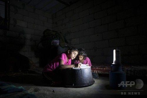 停電の中、かすかな光で学ぶ子どもたち パレスチナ・ガザ地区