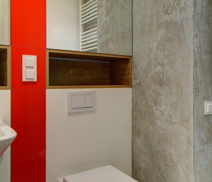 Kto powiedział że małe nie może być piękne? Zwłaszcza jak jest w nim troszkę betonu architektonicznego (łazienka) i lakierowanych na czerwono elementów stolarskich :)  Duża ilość miejsc bibliotecznych mówi wiele dobrego o właścicielach – przesympatycznej parze młodych ludzi.