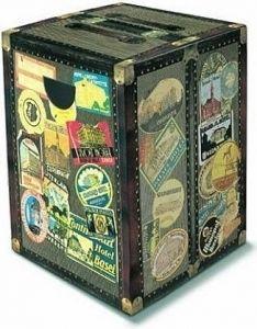 Leuk voor de echte globetrotter, een kartonnen poef die eruit ziet als een kist! Leuk als stoel en tafeltje te gebruiken en nu ook nog in de uitverkoop te vinden bij Aldoor #huis #woondecoratie #tafel #stoel #poef #kist #koffer #reizen #interieur #meubelen #home #inspiration #decorations #table #seat #travel #suitcase #sale