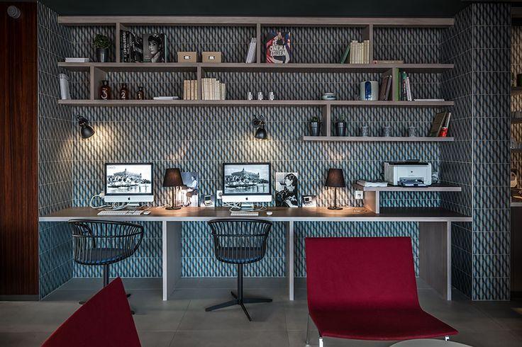 chaises laquées noires Stem Patrick Norguet pour Crassevig, fauteuils rouges XL par Pietro Arosio pour Tacchini, céramique par Patricia Urqiola pour Mutina