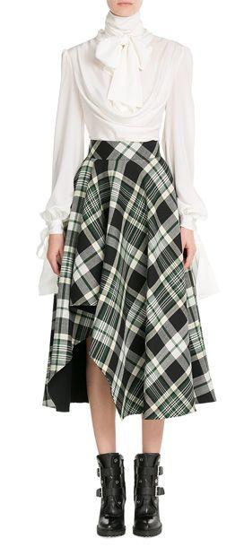 Wie das Label Alexander McQueen es schafft das legendäre Schottenkaro immer wieder zu interpretieren? Die Chefdesignerin lässt es diese Saison auf Midi-Skirts mit schwungvollen Drapes tanzen #Stylebop