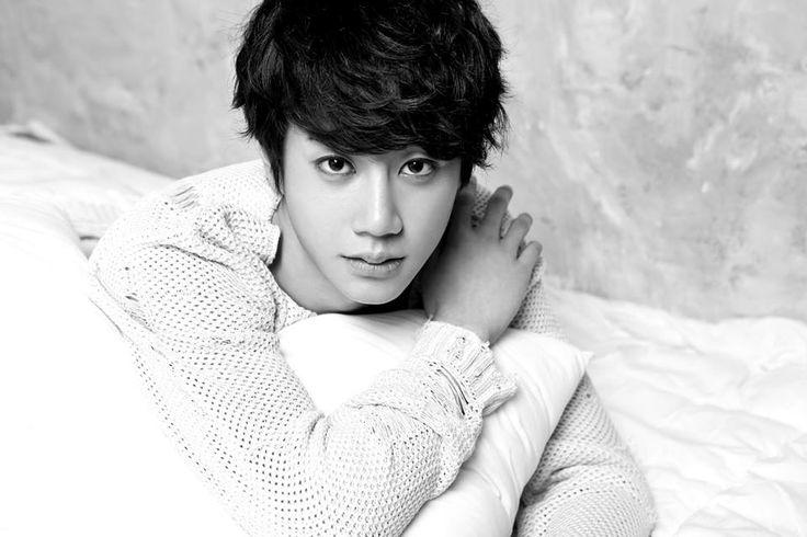 Lee Junyoung 이준영 (Jun 준) from U-Kiss 유키스 is the new 7th member. Born January 22, 1997 making him the maknae 막내