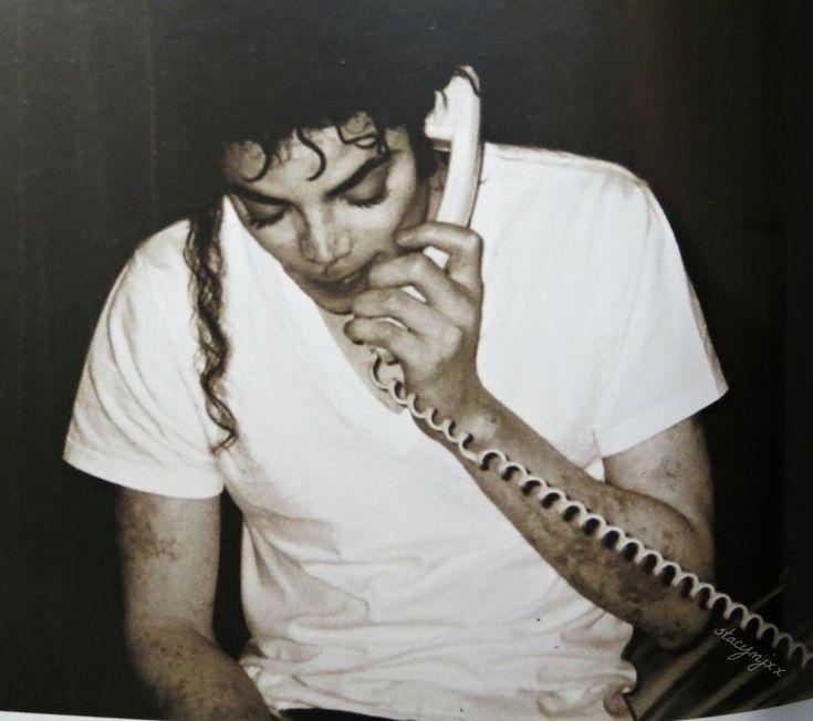 La figura de Michael Jackson ha estado siempre rodeada de polémica y rumores, sobre todo en su última etapa. Uno de esos rumores era que se hizo algo así como un transplante de piel para ser blanco ya que no quería ser negro. Pues bien, esto es falso.  Michael Jackson tenía una enfermedad de la piel llamada vitíligo que consiste en que aparecen manchas blancas en la piel de aquellos que la padecen.