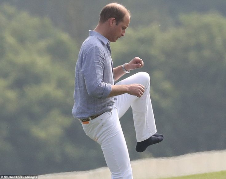 Zet je rechterbeen in!  William zet de warm-up routine dragen enkel sokken op zijn voeten voor de eerste wedstrijd van de fondsenwerving serie