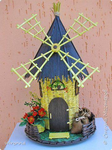 """Мельничку делала по МК Лилии (  http://stranamasterov.ru/node/349187  ), крышу по МК Татьяны ( http://stranamasterov.ru/node/729415 ). Девочки, спасибо Вам огромное!!! Цветы и зелень из бисера. Все детальки соломенного цвета - морилка """"лиственница"""", зеленая """"травка"""" вокруг мельницы - гуашь зеленого цвета, все элементы коричневого цвета - колер коричневый с черным для акриловых красок """"Снежка"""", смешанный с клеем ПВА и водой. Сверху все покрыла акриловым паркетным лаком. Забыла…"""