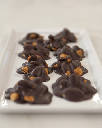 Combine crunchy almonds and sweet dark chocolate for a delicious dessert that's actually healthy to eat. Makes 32 clusters (about 114 calories each).: Fun Recipes, Healthy Desserts Recipes, Healthy Snacks, Dark Chocolates, Combinations Crunchi, Nut Cluster, Crunchi Almonds, Healthy Desert, Chocolates Nut