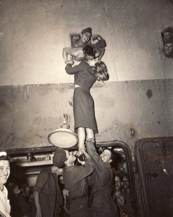 Marlene Dietrich da la bienvenida a un soldado que vuelve de la II GM, 1945.