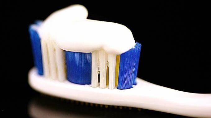 Le dentifrice comme détachant ? Et oui, si vous ne le saviez pas, je vais vous montrer que votre tube de dentifrice peut être utilisé pour nettoyer un tas de petites choses.  Découvrez l'astuce ici : http://www.comment-economiser.fr/dentifrice-detachant.html?utm_content=buffer702b5&utm_medium=social&utm_source=pinterest.com&utm_campaign=buffer