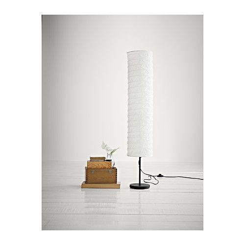 HOLMÖ Lámpara de pie IKEA Confiere una suave iluminación ambiental.