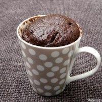 Gâteau au chocolat dans une tasse  beurrer la tasse  verser dedans : •40g de sucre (4 CS) •25g de cacao en poudre (2 CS) •20g de noisettes en poudre (2 CS) mélange cacao sucre noisettes ajouter un œuf, 25g d'huile neutre (4 CS) et 1 CS de lait. mélanger.  dans ton micro-ondes. pleine puissance et tu fais cuire de 2 minutes à 2,30 minutes suivant la puissance de ton micro ondes.  il va gonfler.  Au bout de 2 minutes tu le sors !
