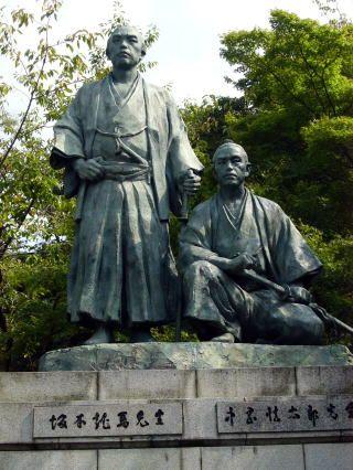 坂本龍馬・中岡慎太郎像(京都・円山公園)