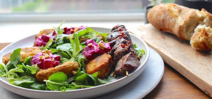 Salade met courgette, bietentzatziki en biefstuk - recept // Salad with zucchini. beet-tzatziki and beef. Recipe on the blog! ginger-blue.nl