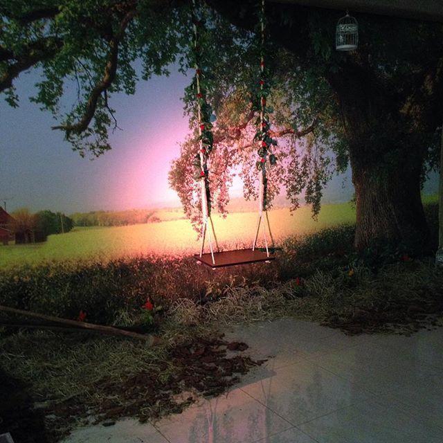 Em todos os encontros nós fazemos cenários temáticos no palco do auditório onde nossos casais podem tirar fotos. Esse ano o tema é Country!  Nós dividimos a frente do auditório em três. Essa é a parte da direita, com um balancinho fofo debaixo de uma árvore frondosa no meio do campo (obs: dá para sentar nesse balancinho). #melhoréserem2 #encontrodecasais #encontrodecasaisAPS2015 #CaldasNovas #Goiás #cenografia #artedalidi #balanço #balançonaarvore