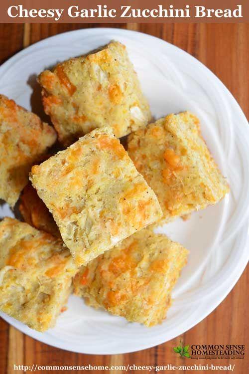 Cheesy knoflook courgette brood is een hartige snelle brood gemaakt met courgette of zomer squash samen met cheddar kaas en knoflook.