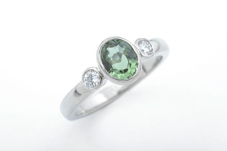 Kolmekivinen Estelle-sormus. Valkokulta, vihreä turmaliini ja timantit