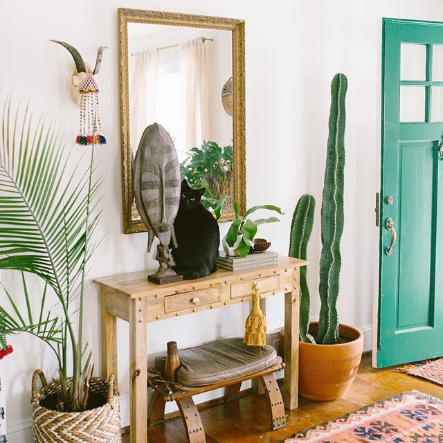 I spy a kitty 😽🌿✨ One of my favorite parts of my home is my green front door. I knew I wanted to make a fun statement with the paint color, and it matched the vibe of all the plant babies. 🌿🌵 #thesummersabode #carleypagestyling #jungalowstyle #finditstyleit #livethelittlethings #livealifeyoulove #pursuepretty #sodomino #southwestern #theeverygirl #thatsdarling #bohemia #boholuxe #bohemian #bohohome #bohemianhome #bohemianstyle #bohemianmodern #ihavethisthingwithtextiles #dscolor…