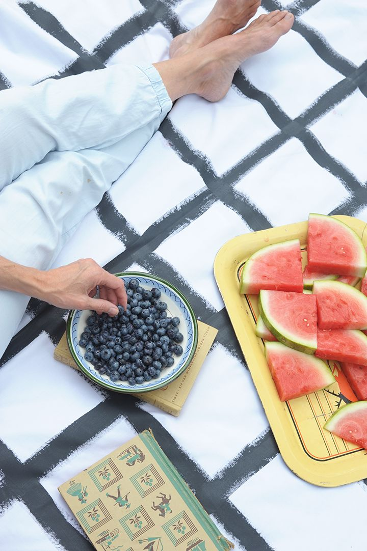 Make this fun, graphic DIY hand-painted grid picnic blanket. Full tutorial on aliceandlois.com