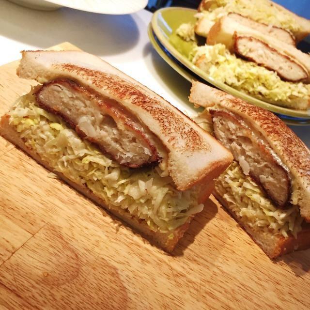 キャベツは軽く塩揉み、マヨネーズは控えめです。トーストの内側に粒マスタードをたっぷり。鶏ミンチカツとスライスチーズ。 - 107件のもぐもぐ - 沼サン再び by 麻紀子