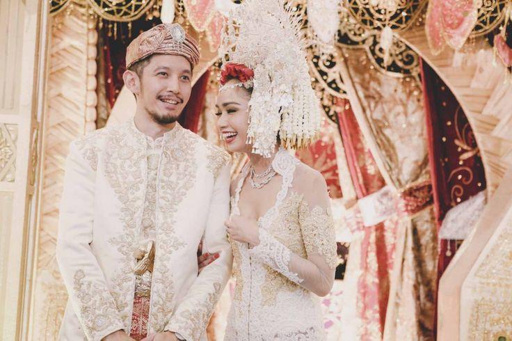 White Minang Wedding by Gadih Ranti - www.thebridedept.com