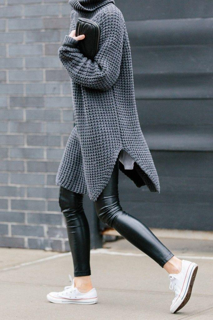 Oversized Pullover kombiniert mit einer Lederleggings und Chucks. Mehr findest…