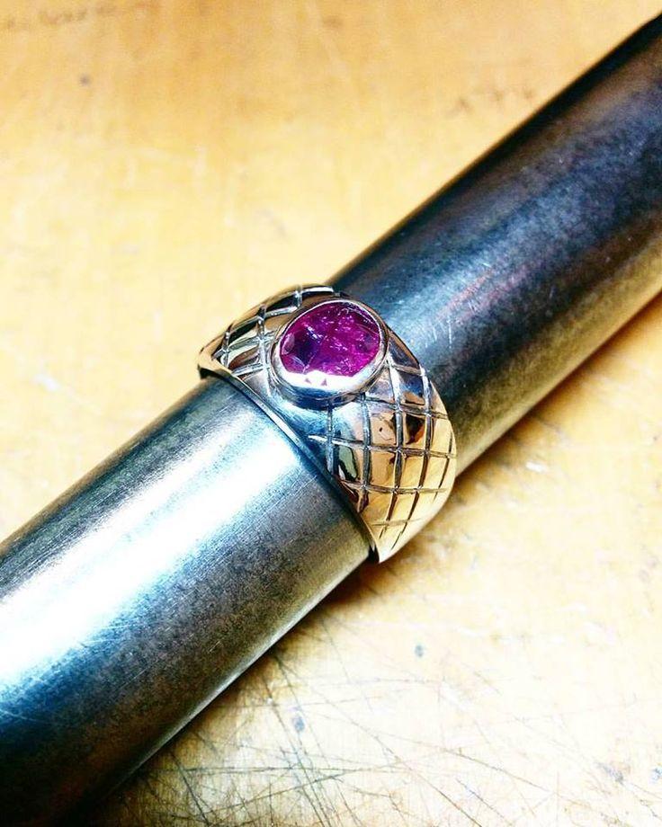 Anello in oro con incastonato un rubino naturale gr. 9,8. (Il prezzo è in base al peso e alla caratura della pietra.)