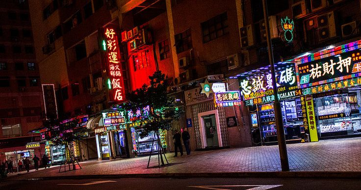 Photowalk on the streets of Macau, China. (www.pointshogger.com)