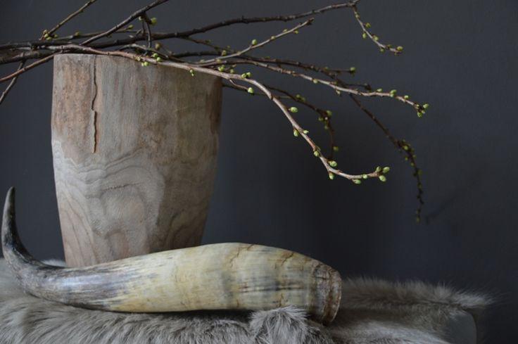 mooi sfeerplaatje met vergrijsde pot en grijs geitenvel