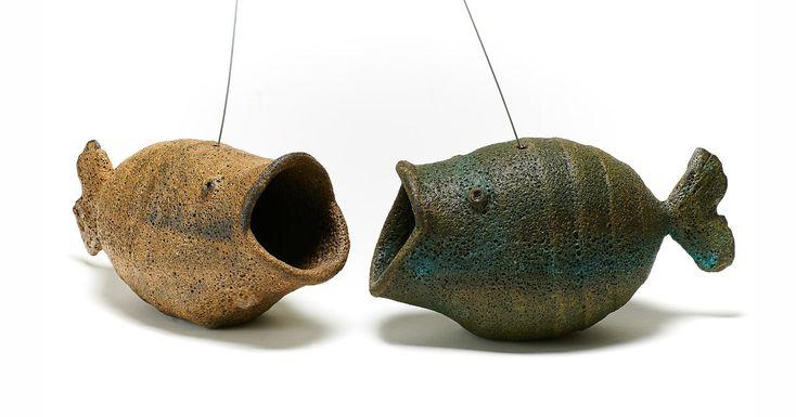 Ο Μανούσος Χαλκιαδάκης δημιουργεί μέσω της κεραμικής τέχνης μοναδικά ψάρια, κουτιά, μπαλόνια, κηροπήγια, σβούρεςκαιδέντρα πουχαρακτηρίζονται από χρώματα, αθωότητα, και ανθρωποκεντρικά στοιχεία, …
