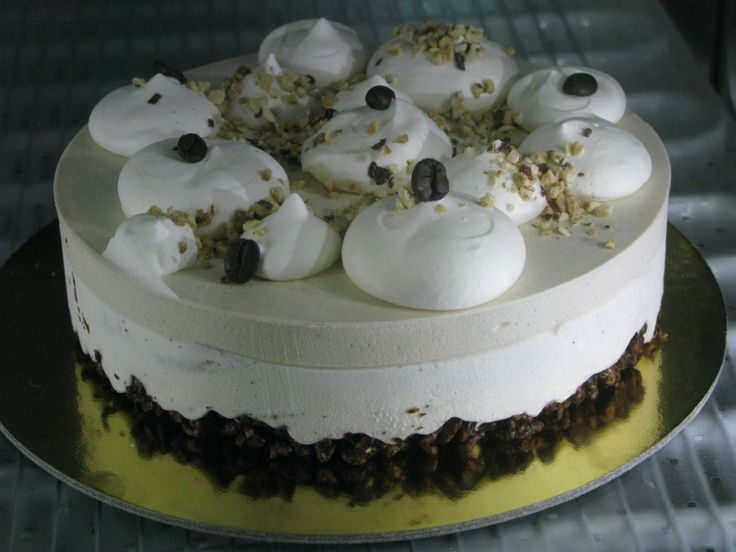 torta semifreddo al gusto di nocciola IGP del Piemonte e caffe` bianco decorata con meringa italiana,chicchi di caffe` e granella di nocciola. Base di riso soffiato e cioccolato fondente.