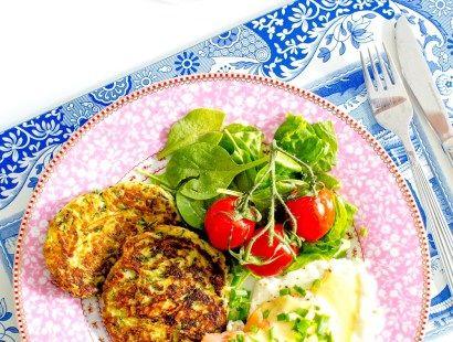 Zucchiniplättar med kallrökt lax, ägg och snabb hollandaise