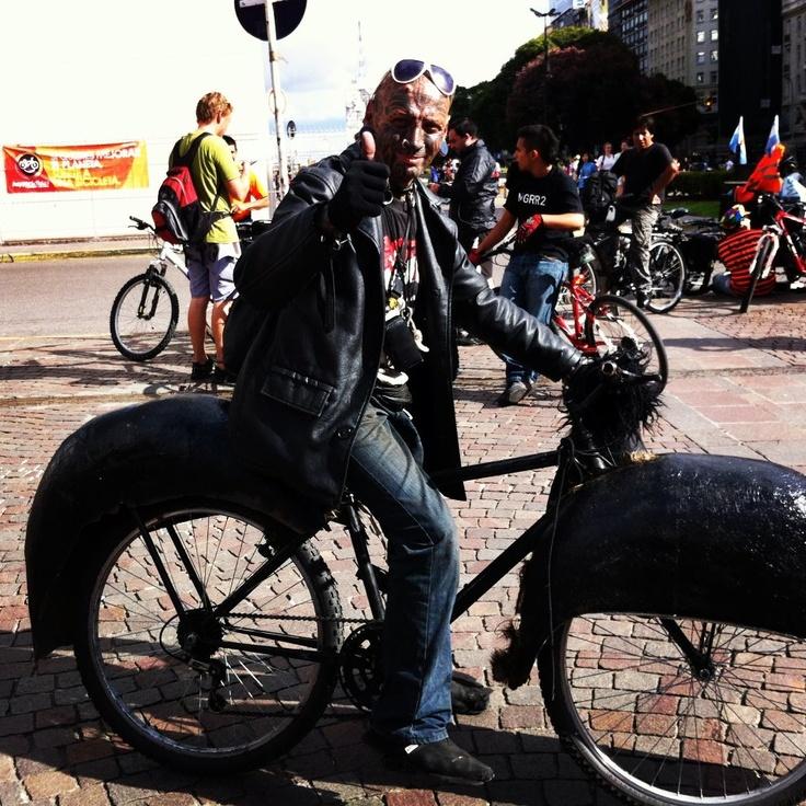 Tranquila Latinoamérica!!!  Un nuevo héroe ha venido a rescatarnos en su BatiCleta!!!  Masa Critica Buenos Aires este amigo si que es Happy :)