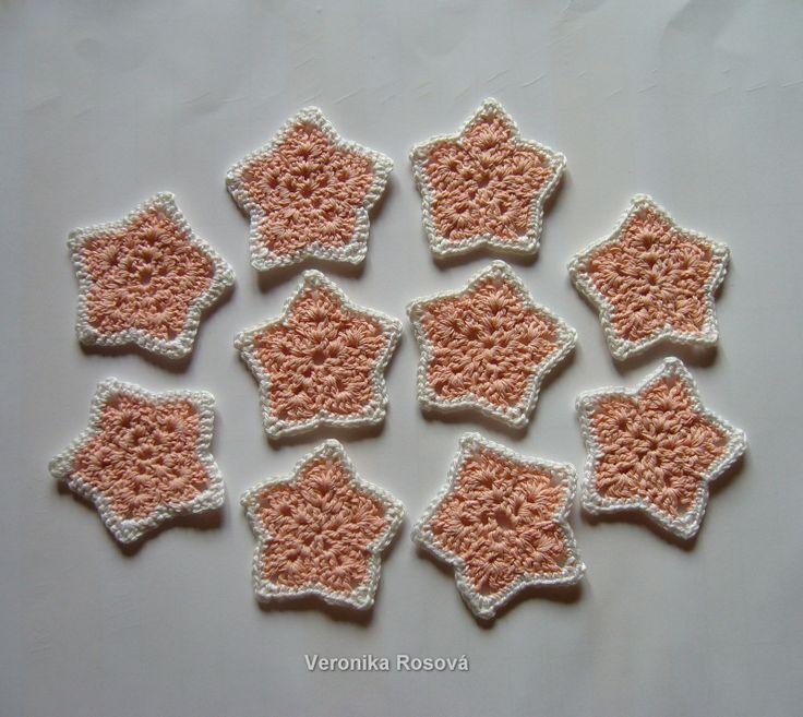 Oranžové hvězdičky Sada hvězdiček z oranžové Dorky a bílé Camilly. Neškrobené. Rozměr hvězdičky cca 6-6,5cm. Cena je za sadu 10ks