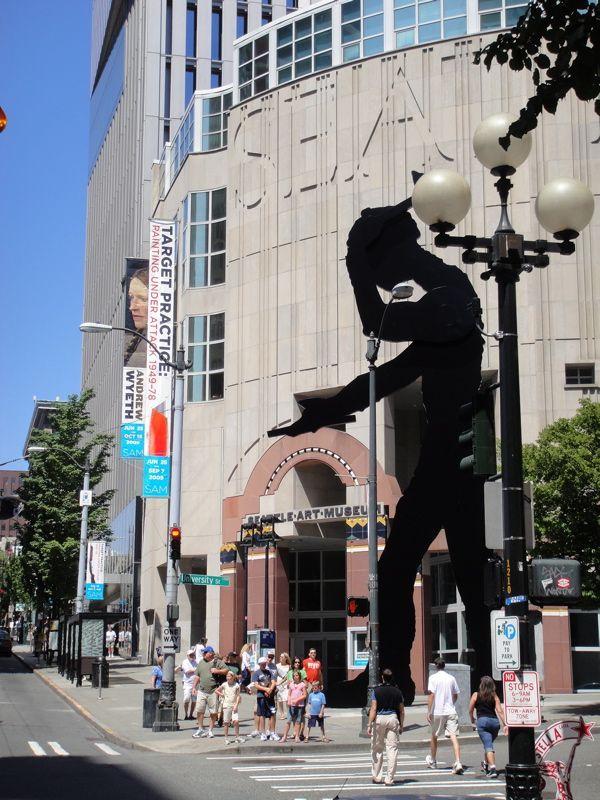 シアトル美術館、ハンマーを振り下ろす「ハミングマン」が有名。シアトル 旅行・観光のおすすめスポット!