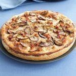 La quiche lorraine è una torta salata tradizionale, pratica e veloce. Prova la versione con la farcitura ai funghi della ricetta di Sale&Pepe.