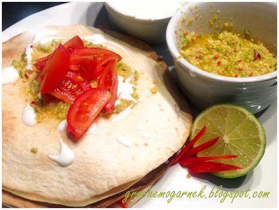 Quesadilla z guacamole  Składniki(2 osób):      4 placki tortilli (mogą być pszenne jak i kukurydzianie),     2 łyżki oliwy z oliwek, bądź dowolnego oleju,     1 mała cukinia,     1/2papryki,     1 kulka sera Mozzarella,     1/2 cebuli czerwonej,     sól, pieprz.