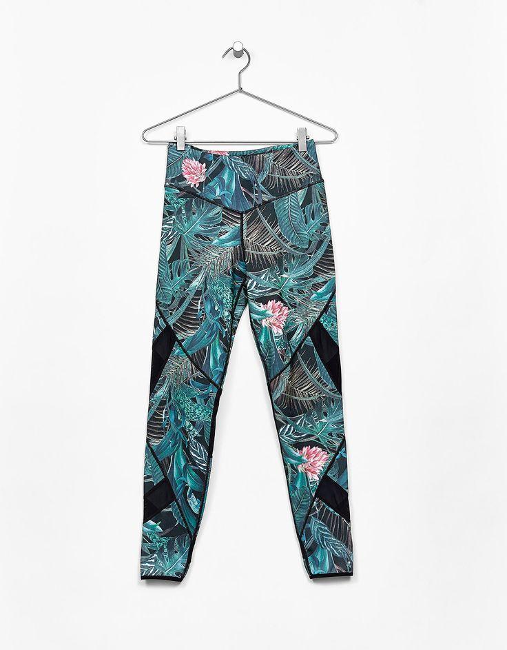 Sportowe legginsy z tropikalnym nadrukiem.  Odkryj to i wiele innych ubrań w Bershka w cotygodniowych nowościach