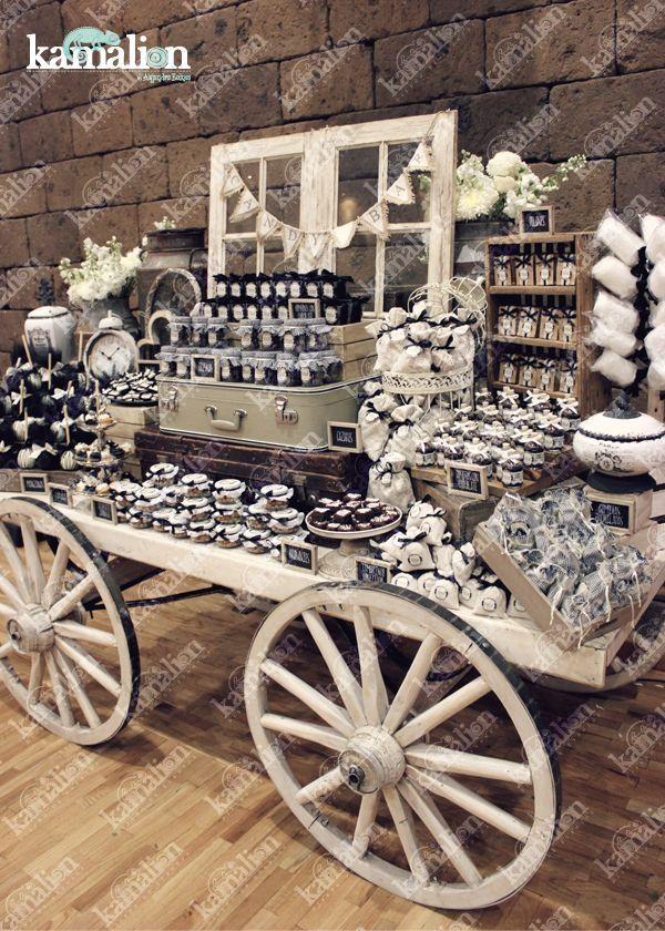 www.kamalion.com.mx - Mesa de Dulces / Candy Bar / Postres / Boda / Blanco y negro / Black & White / Rustic Decor / Dulces / Carreta / Lechero / Maletas / Reloj / Vintage / Cupcakes / Wedding / Cottoncandy / Window / ventana. by marjorie