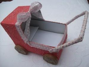 com caixa de leite, jornal e criatividade você se livra de comprar aquele carrinho caro pra boneca da sua filha :)