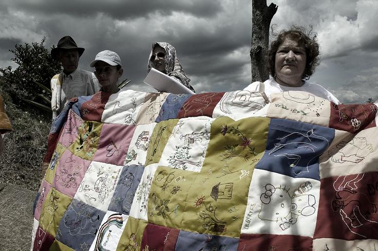 2. Las madres de las víctimas tejen la colcha de la memoria.  Crédito: Rodrigo Grajales.