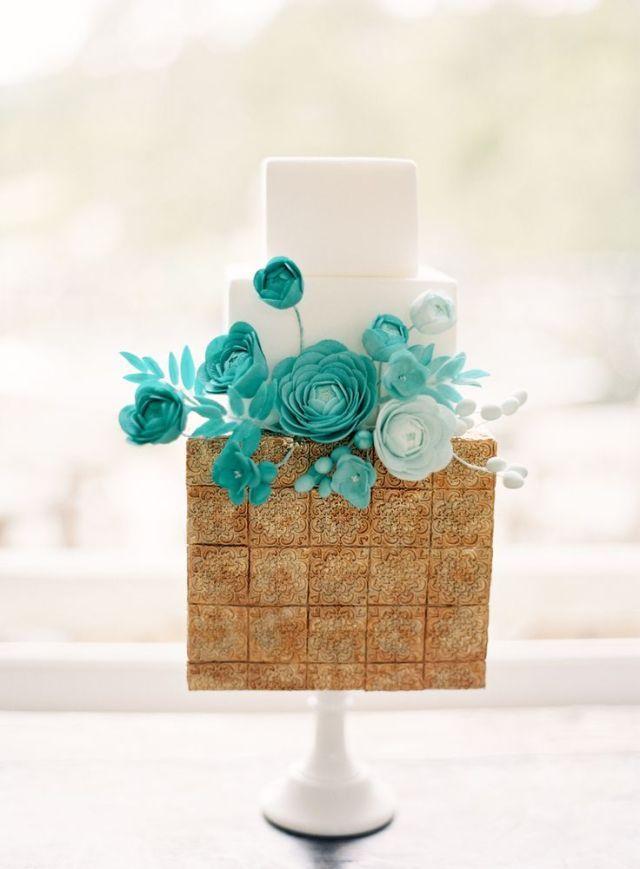 De vierkante bruidstaart met een combinatie van te gekke kleuren #vierkant #bruidstaart #goud #turqouise #bruiloft #trouwen #inspiratie #wedding #cake #gold #inspiration Vierkante bruidstaarten: hot new trend | ThePerfectWedding.nl | Fotocredit: Jen Huang Photography