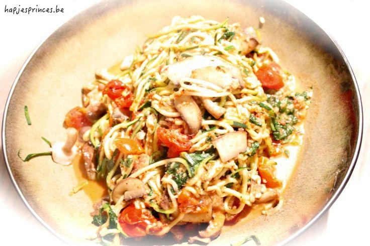 courgettispaghetti met tomaten, paddenstoelen en spinazie (geen amandelen en zelfgemaakte zongedroogde tomaten)